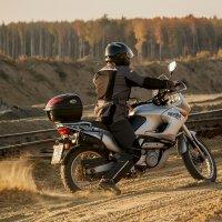 Мотоциклист на песчаном карьере :: Екатерина Бурлуцкая