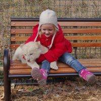 Катюша и белый львёнок. :: Ирина Нафаня