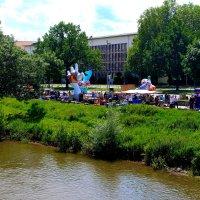 """""""Блошиный рынок"""" на берегу реки Ляйне :: Gennadiy Karasev"""