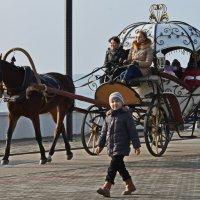 Бабушка едет, а мальчик идёт.... :: Анатолий Чикчирный