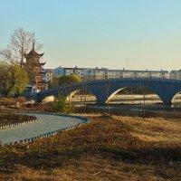 Китайская башня за мостом в Китае :: Денис Антонюк