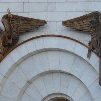 Архангелы Уриил и Гавриил, горельеф над правым окном северного фасада Храма Христа Спасителя :: Galina Leskova