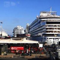Неаполь из окна экскурсионного автобуса. Все могучие и красивые корабли швартуются здесь! :: Леонид Нестерюк