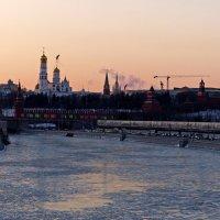 Холодный вечер над Москвой -рекой :: Александр Запылёнов