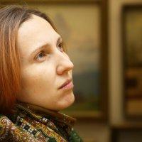 девушка в картинной галереи :: Сергей Руденко