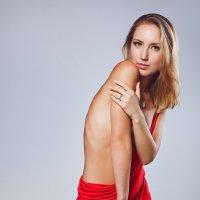 девушка в красном :: Sergey Baturin