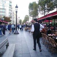 Уличное кафе :: Борис Соловьев