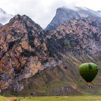 Воздушный шар на фоне гор :: Артём Федин