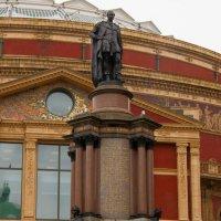 Скульптурная группа перед входом в Альберт Холл :: Дмитрий Сорокин
