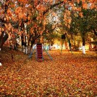 Осенний двор :: Павел Чернов