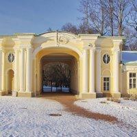 Въездные ворота во внутренний двор дворца. :: Ирина Нафаня
