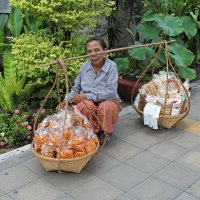 Таиланд. Бангкок. Уличная торговка: взгляд над планкой :: Владимир Шибинский