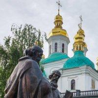 Памятник Кириллу и Мефодию (Киев) - другой ракурс. :: Elena Izotova