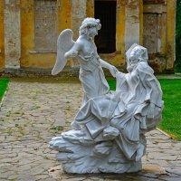 Скульптура у церкви :: Miola