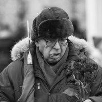 Знаменосец уже не молод и очень устал :: Александр Степовой