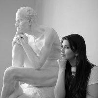 Девушка и памятник :: Vitaliy Prost