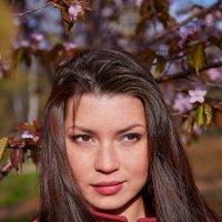 Девушка под цветущим деревом :: Vitaliy Prost