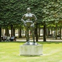 Скульптура женщине в саду Тюильри :: leo yagonen