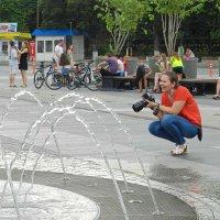 У фонтана... :: Петр Заровнев