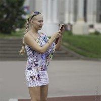 Фотографирует подругу... :: Александр Аксёнов