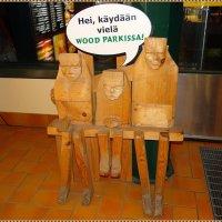 Веселая скамейка на заправке в Финляндии :: Вера