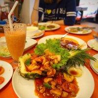 Морепродукты в ананасе с орешками кешью :: Юрий Кольцов