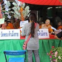 Таиланд. Чанг-Май. Прием денежных пожертвований в монастыре :: Владимир Шибинский