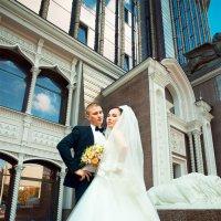 Жених и невеста на фоне небоскреба :: Георгий Трушкин