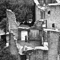 Развалины старой крепости и памятник погибшим в 1-ой мировой :: Александр Корчемный