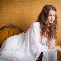 Девушка на оранжевом фоне :: Сергей Козинцев