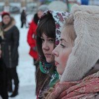Северодвинск. Масленица. Соседки по толпе :: Владимир Шибинский