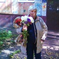 Пенсионерка как пионерка с букетом цветов :: Владимир Ростовский