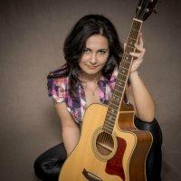 Девушка с гитарой. :: Андрей Печерский