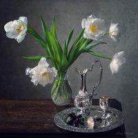 С белыми тюльпанами :: Ирина Приходько