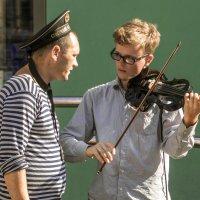 Дружище, сыграй-ка, в честь праздника, вот эту... :: Сергей Исаенко