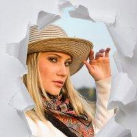 Портрет девушки в рамке из рваной бумаги :: Валерий Бочкарев