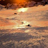 Снег плавится под закатными лучами... :: Татьяна Губина