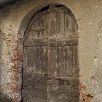 Старые-престарые ворота крестьянского подворья Замка скрывают всякий хлам, в том числе и раритетный. :: Виктор Семенов