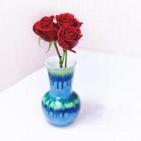 Красные розы в синей вазе :: Татьяна Губина