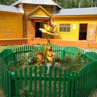 Памятник пчеле. :: Вера Щукина