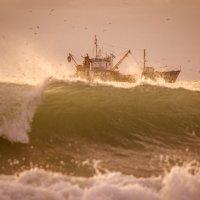 рыбак в шторм :: Алексей Яковлев