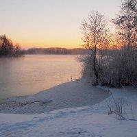 Вода еще не отдалась морозу :: Юрий Морозов