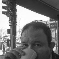 Фото мужчины в парижском кафе :: Елена Мартынова