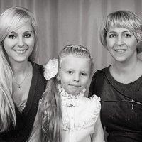 "ЧБ вариант: "" Две мамы,две дочери,внучка и бабушка"" :: Oleg Akulinushkin"