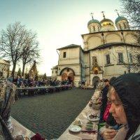 Люди, ликуя,  всё шли, шли и шли... :: Ирина Данилова