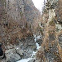 Вид издали на замёрзший  водопад (подо льдом бежит вода) :: Галина