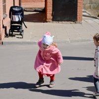 Монастырь. Повседневная жизнь. Дети у Храма. :: Геннадий Александрович
