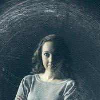 девушка за стеклом :: Ирина Корнеева
