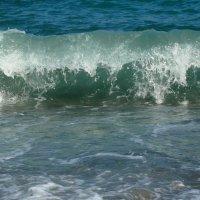 Волны катятся одна за другою С плеском и шумом глухим. :: Елена Елена