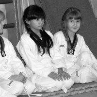 Тхэквондо. Девочки готовятся к выступлению :: Anatolyi Usynin
